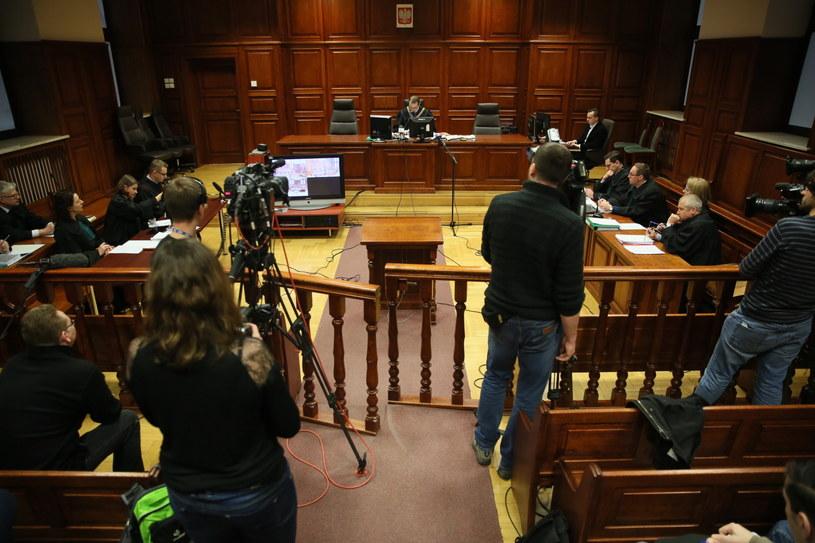 Sędzia Hubert Gąsior (C w głębi) na sali rozpraw podczas procesu ws. katastrofy smoleńskiej /Tomasz Gzell /PAP