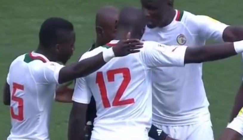 Sędzia Joseph Lamptey w otoczeniu piłkarzy Senegalu /