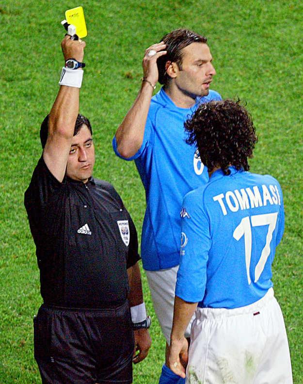 Sędzia Moreno pokazuje żółtą kartkę Tommasiemu /AFP