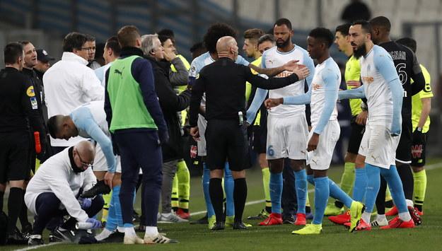 Sędzia nakazał piłkarzom zejść do szatni. Po około 30 minutach grę wznowiono. /GUILLAUME HORCAJUELO  /PAP/EPA