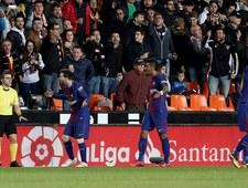Sędzia oszukał Barcelonę w meczu z Valencią. Zobacz memy