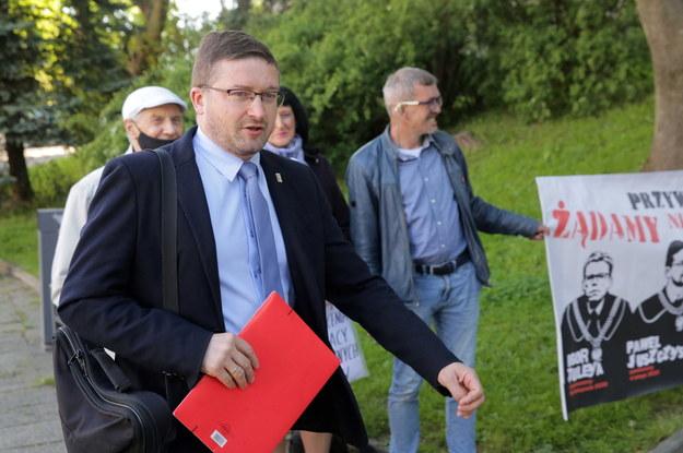 Sędzia Paweł Juszczyszyn w drodze do pracy w Sądzie Rejonowym w Olsztynie /Tomasz Waszczuk /PAP