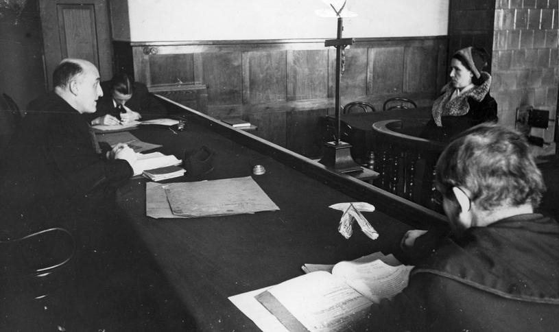 Sędzia przesłuchujący kobietę w sądzie grodzkim w Krakowie (domena publiczna) /Ciekawostki Historyczne