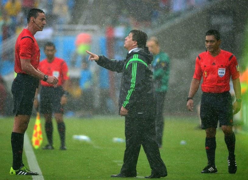 Sędzia Wilmar Roldan musiał się tłumaczyć przed trenerem Meksykanów Miguelem Herrerą /AFP