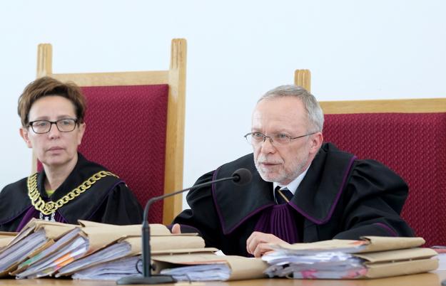 Sędziowie Andrzej Ziębiński (P) i Antonina Grymel (L) na sali rozpraw /Andrzej  Grygiel /PAP