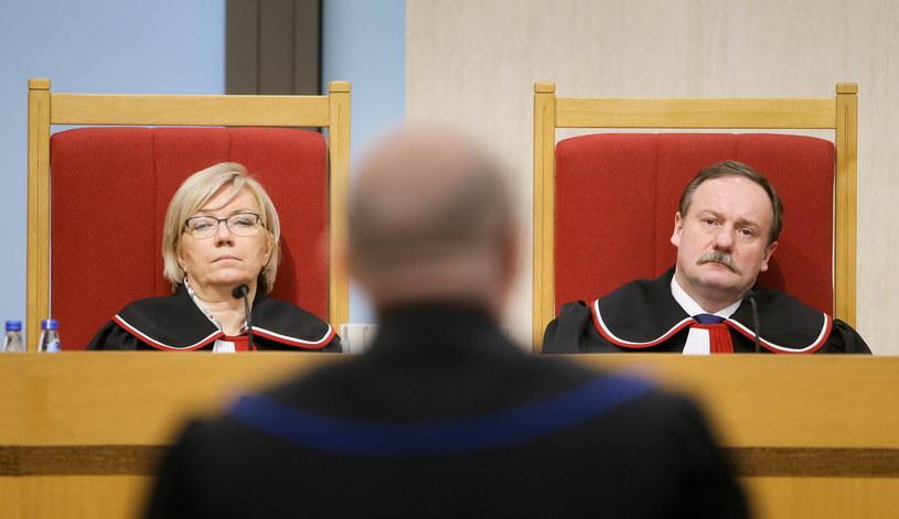 Sędziowie Piotr Pszczółkowski (P) i Julia Przyłębska (L), podczas rozprawy. /Paweł Supernak /PAP
