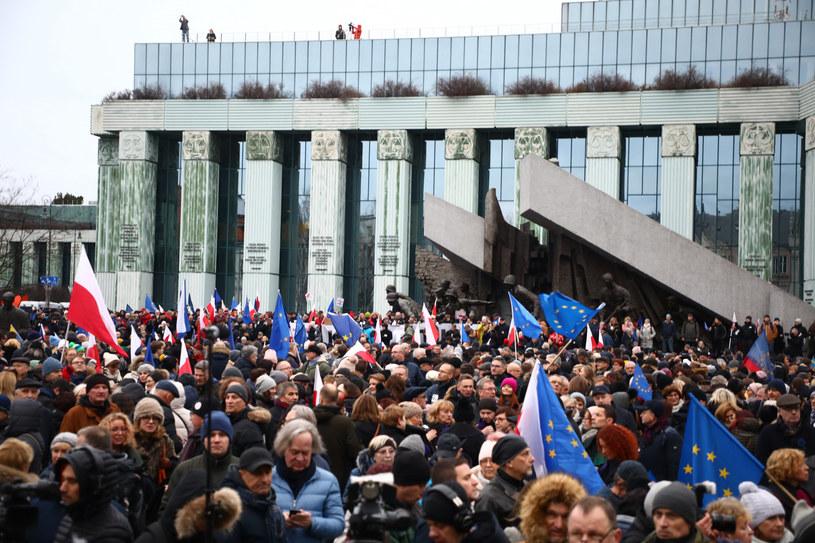 Sędziowie przed budynkiem SN przed rozpoczęciem marszu /Beata Zawrzel /Reporter