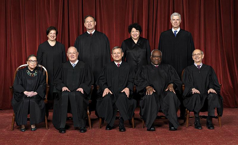 Sędziowie SN w USA. Rząd górny, od lewej: Elena Kagan, Samuel Alito, Sonia Sotomayor, Neil Gorsuch. Rząd dolny, od lewej: Ruth Ginsburg, Anthony M. Kennedy, John G. Roberts, Clarence Thomas, Stephen Breyer /supremecourt.gov /