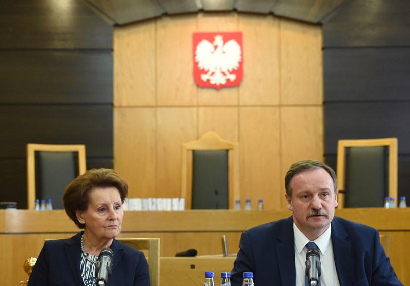 Sędziowie TK Sławomira Wronkowska-Jaśkiewicz (L) i Piotr Pszczółkowski (P), podczas konferencji prasowej po ogłoszenia wyroku TK dotyczącego skargi konstytucyjnej w sprawie dyscyplinarnego wydalenia policjanta ze służby /Radek Pietruszka /PAP