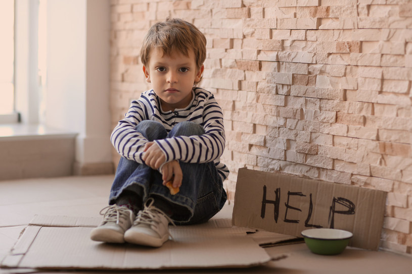 Sędziowie wielokrotnie dają szanse rodzicom, z których oni nie korzystają. Przez to dziecko do adopcji trafia dopiero w wieku ośmiu i więcej lat, kiedy często już nie jest gotowe, by się do kogoś przywiązać, by komuś zaufać. /123RF/PICSEL