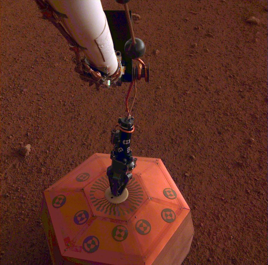 SEIS bezposrednio po ustawieniu na powierzchni Marsa /NASA/JPL-Caltech /Materiały prasowe