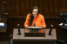 Sejm: Klaudia Jachira wyrwała kartki z konstytucji