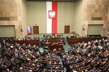"""Sejm o stanie wyjątkowym. KO przeciwko, Konfederacja """"warunkowo"""" popiera"""