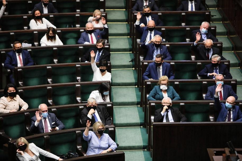 Sejm przyjął tzw. ustawę covidową / Leszek Szymański    /PAP