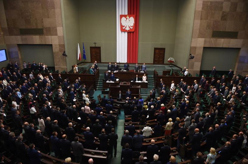 Sejm przyjął ustawę ws. mediów narodowych /Radek Pietruszka /PAP