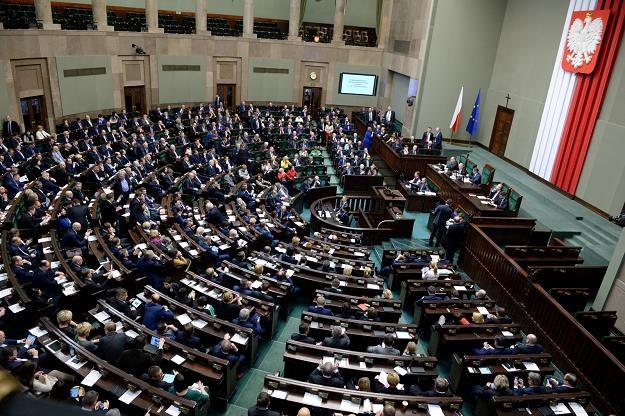 Sejm przyjął większość poprawek Senatu do ustawy o podatku bankowym. Teraz trafi ona do prezydenta /PAP
