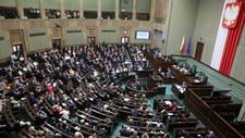 """Sejm uchwalił ustawę, która wprowadza m.in. opłatę emisyjną. """"Będziecie doić Polaków"""""""