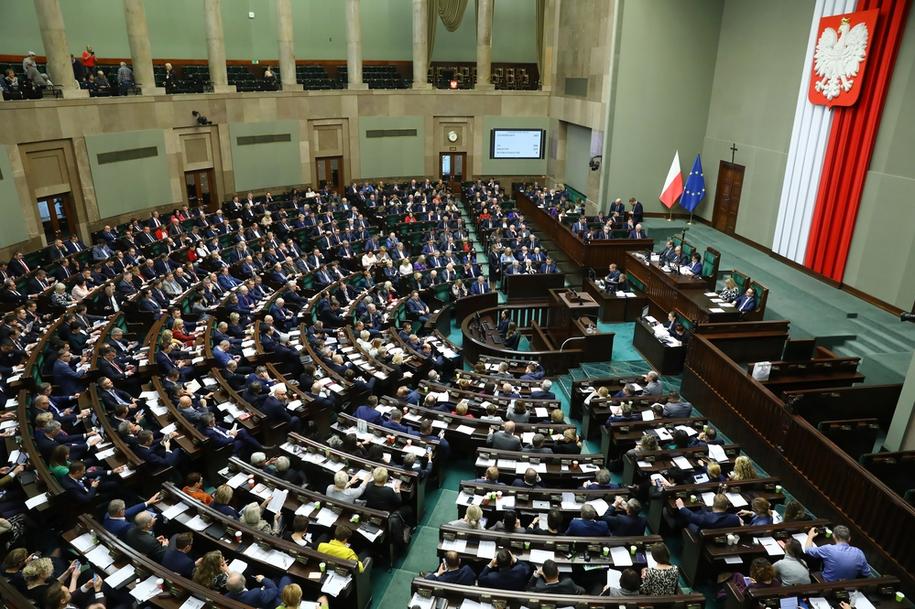 Sejm uchwalił wraz z poprawkami ustawę wprowadzającą opłaty od alkoholu sprzedawanego w opakowaniach o objętości do 300 ml - tzw. małpek oraz od słodzonych napojów /Rafał Guz /PAP