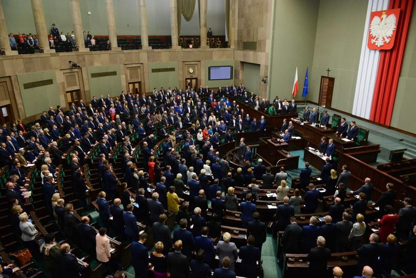 Sejm uczcił minutą ciszy śmierć Piotra Szczęsnego /Jakub Kamiński   /PAP