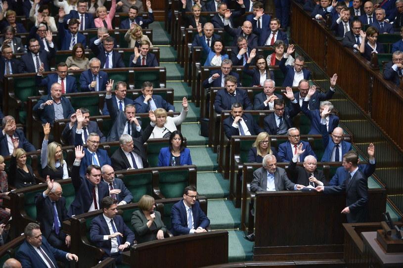 Sejm udzielił wotum zaufania rządowy Mateusza Morawieckiego,  nie obyło się jednak bez kontrowersji. / Marcin Obara  /PAP