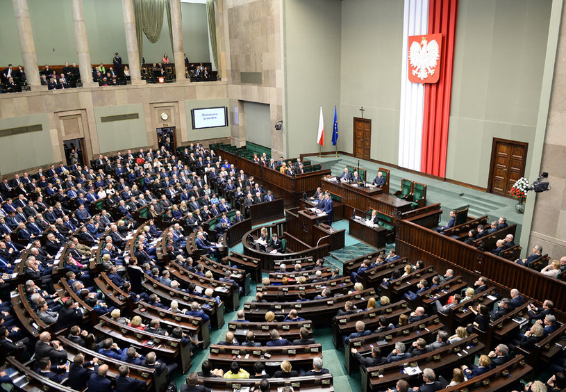 Sejm za prezydenckim projektem obniżenia wieku emerytalnego do 60 lat dla kobiet i 65 lat dla mężczyzn /Janek Skarżyński /AFP