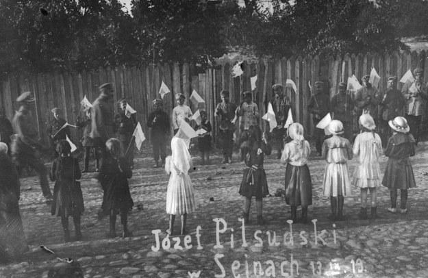 Sejneńskie dzieci witają Naczelnika Państwa Józefa Piłsudskiego /Z archiwum Narodowego Archiwum Cyfrowego