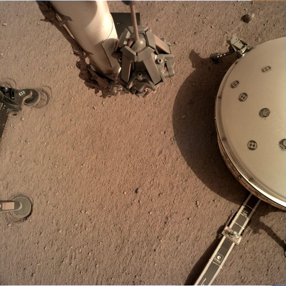 Sejsmometr jest ustawiony w bezposredniej bliskości sondy termicznej HP3 /NASA/JPL-Caltech /Materiały prasowe