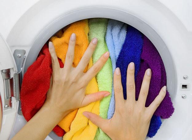 Sekret udanego prania tkwi nie tylko w podziale na biel oraz... resztę /123RF/PICSEL