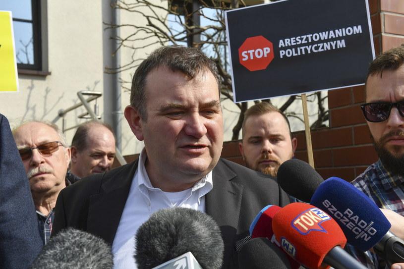 Sekretarz generalny i poseł PO Stanisław Gawłowski (C) rozmawia z dziennikarzami przed Prokuraturą Krajową w Szczecinie / Marcin Bielecki    /PAP