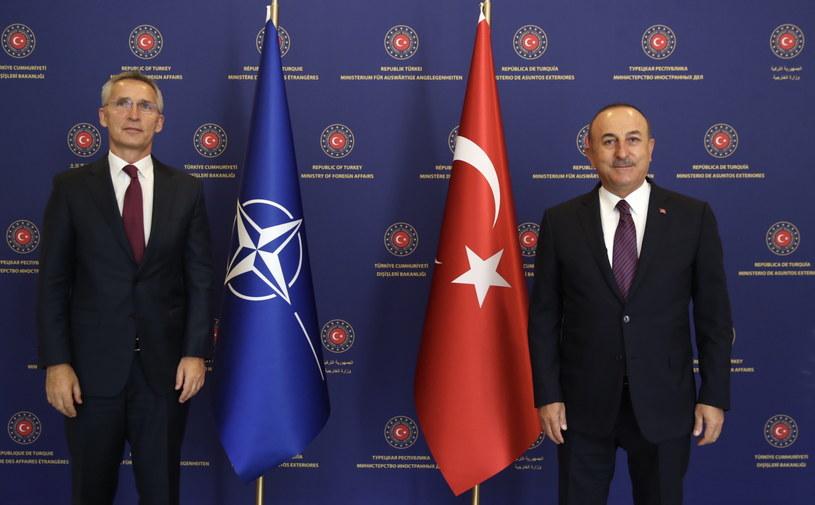 Sekretarz Generalny NATO Jens Stoltenberg z ministrem spraw zagranicznych Turcji Mevlutem Cavusoglu. /TURKISH FOREIGN MINISTRY PRESS OFFICE / HANDOUT /PAP/EPA