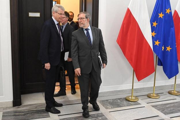 Sekretarz Komisji Weneckiej Thomas Markert oraz członek KW Philip Dimitrov po spotkaniu z marszałkiem Senatu /Rafał Guz /PAP
