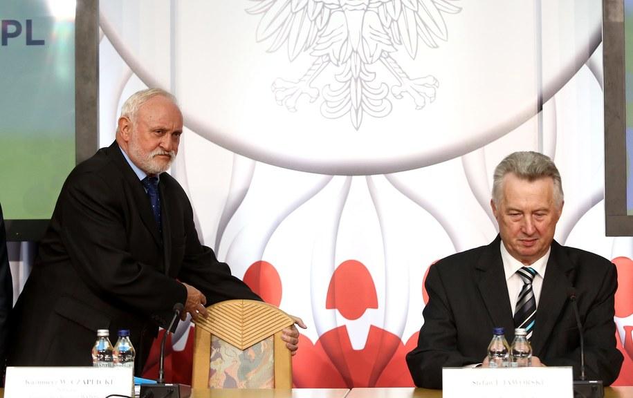 Sekretarz PKW Kazimierz Czaplicki (L) i przewodniczący Komisji Stefan Jaworski (P) /Tomasz Gzell /PAP