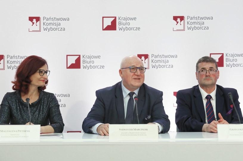 Sekretarz PKW Magdalena Pietrzak (L), zastępca przewodniczącego PKW Sylwester Marciniak (C) i członek PKW Grzegorz Jędrejek (P) podczas czwartej konferencji PKW /Paweł Supernak /PAP