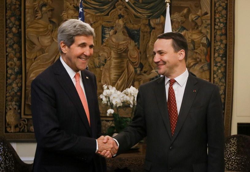 Sekretarz stanu USA John Kerry (L) w trakcie spotkania z ministrem spraw zagranicznych Radosławem Sikorskim (P) /Paweł Suparnak /PAP