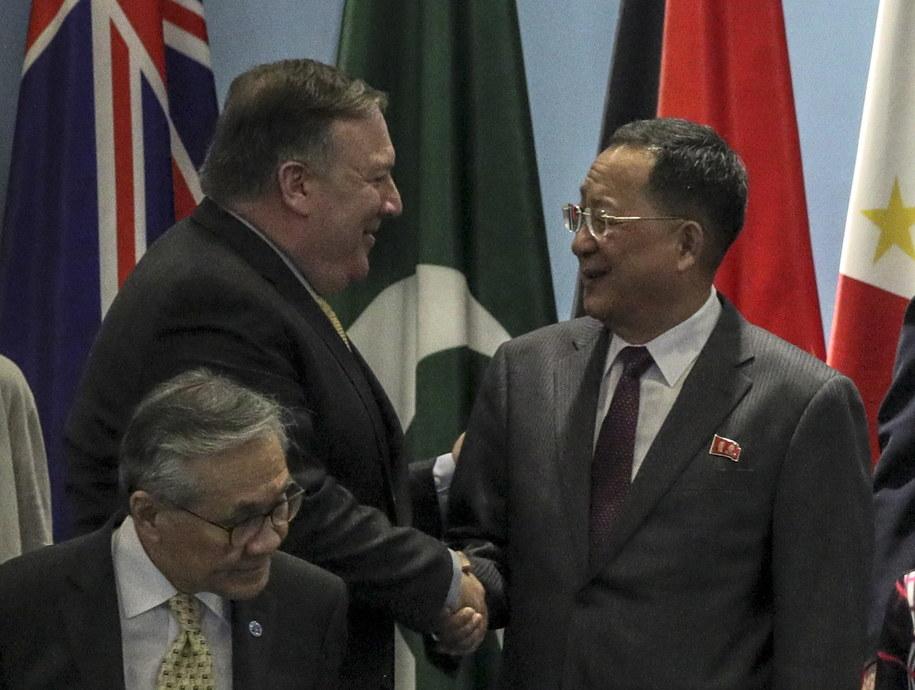 Sekretarz stanu USA Mike Pompeo i szef MSZ Korei Północnej Ri Yong Ho podczas forum w Singapurze /WALLACE WOON /PAP/EPA