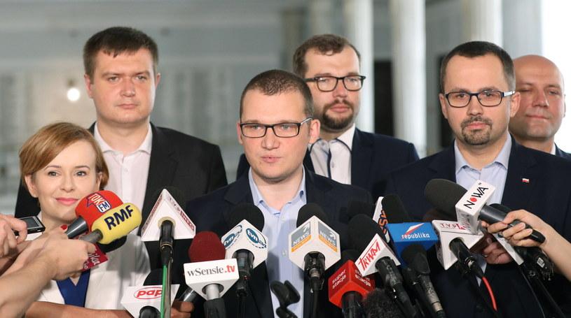 Sekretarz stanu w KPRM Paweł Szefernaker i członkowie Forum Młodych PiS podczas konferencji prasowej w Sejmie /Radek Pietruszka /PAP