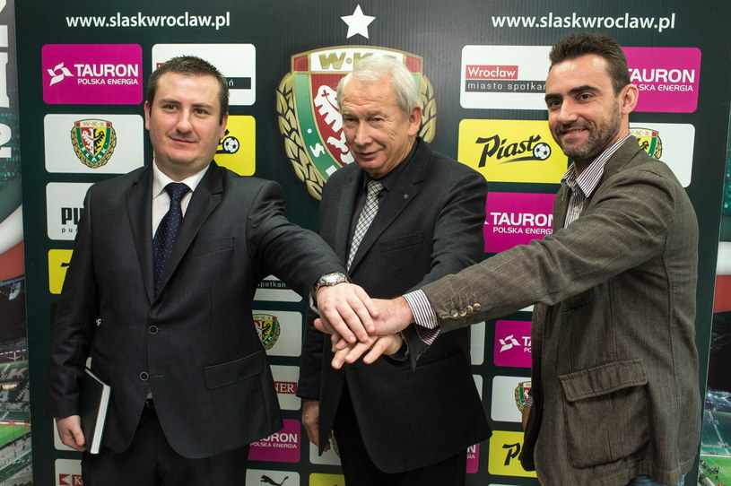 Sekretarz Wrocławia Włodzimierz Patalas (C) przedstawił nowego prezesa Śląska Pawła Żelemę (L) i jego zastępcę Marka Drabczyka (P) /Maciej Kulczyński /PAP