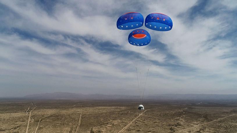 Sekwencja lądowania - kapsuła korzysta z trzech spadochronów /INTERIA.PL