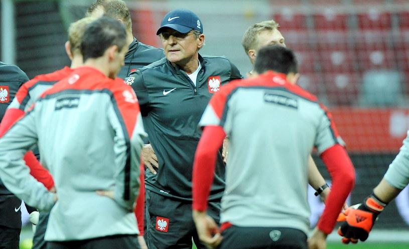 Selekcjoner Adam Nawałka (w środku) podczas treningu drużyny w Warszawie /Bartłomiej Zborowski /PAP