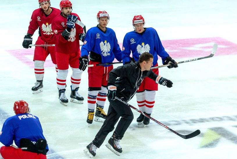 Selekcjoner hokejowej reprezentacji Polski Tomek Valtonen (przód) podczas treningu kadry w Katowicach /Andrzej  Grygiel /AFP