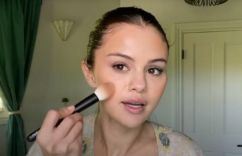 Selena coraz częściej stawia na delikatny, naturalny makijaż /Rare Beauty / BEEM/Beem/East News /East News