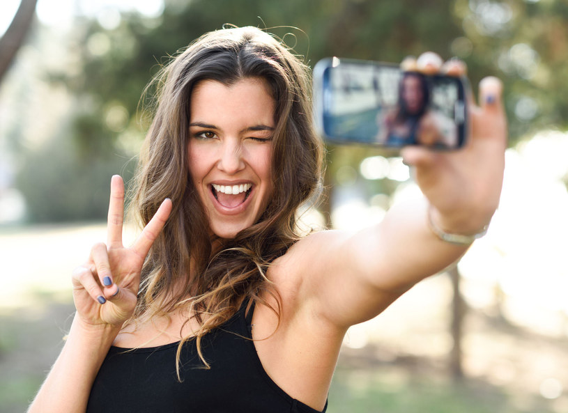 Selfie jest sposobem na wyrażenie swojej osobowości /Picsel /123RF/PICSEL