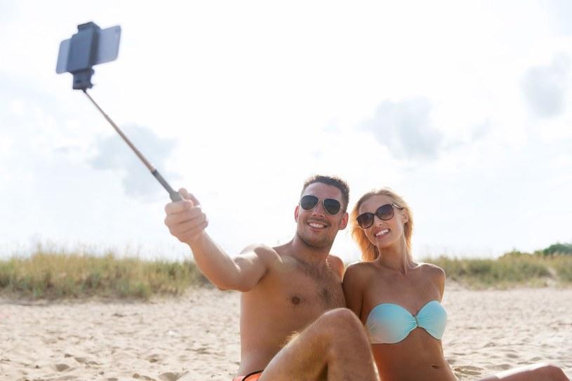 Selfie stick daje posiadaczom smartfonów duże pole do popisu /123RF/PICSEL