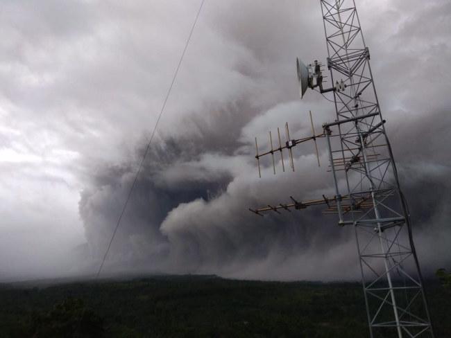 """Semeru, znany również wśród okolicznej ludności jako """"Wielka Góra"""", jest najwyższym wulkanem na Jawie /INDONESIAN NATIONAL BOARD FOR DISASTER MANAGEMENT BNPB  /PAP/EPA"""