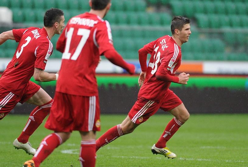 Semir Stilić świętuje gola z kolegami /Bartłomiej Zborowski /PAP