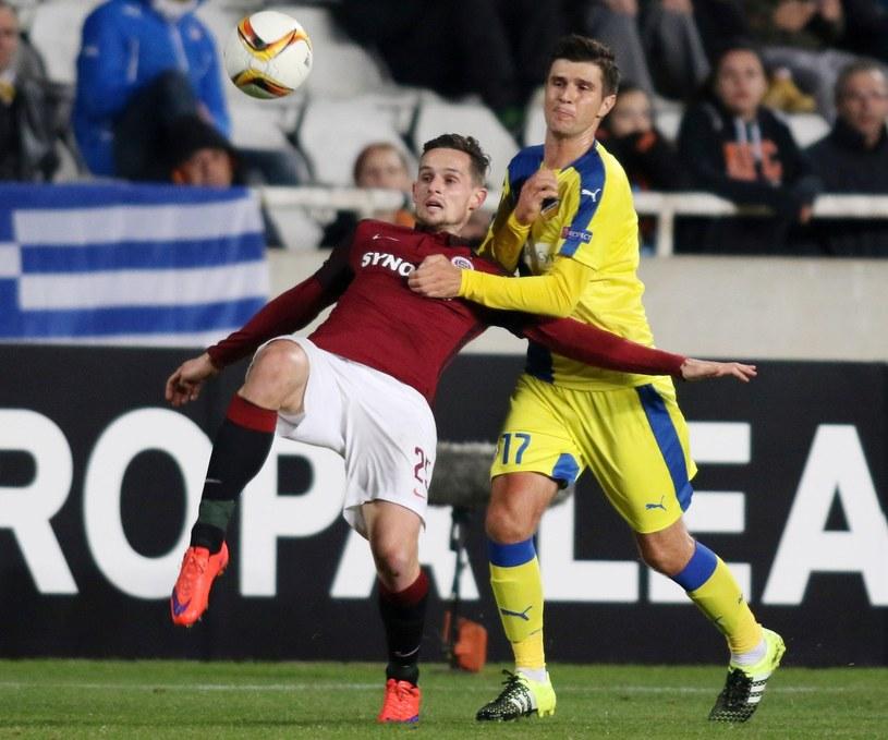 Semir Štilić (żólty strój) w barwach APOEL-u Nikozja /AFP