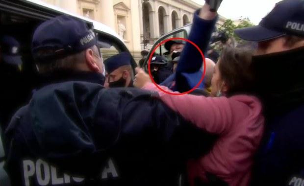 Senator Bury wepchnięty do radiowozu podczas manifestacji. Policja się tłumaczy