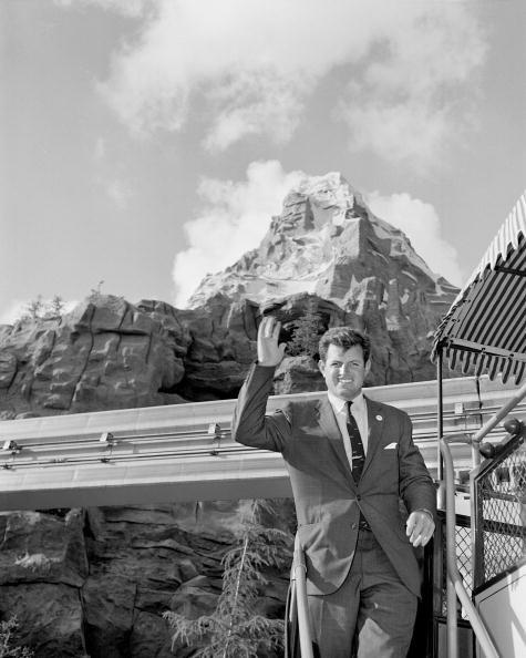 Senator Edward Kennedy odwiedził Disneyland w 1960 roku /Getty Images