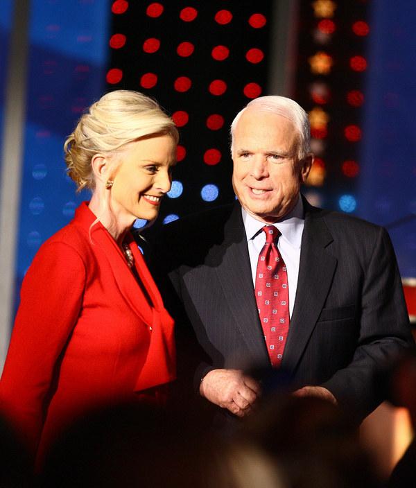 Senator John McCain z żoną Cindy (2008 r.) /AFP