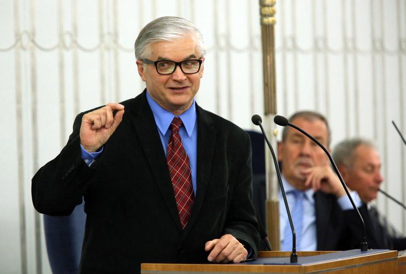 Senator Włodzimierz Cimoszewicz zabiera głos w debacie w sprawie wyrażenia zgody na zarządzenie przez prezydenta referendum ogólnokrajowego /Tomasz Gzell /PAP